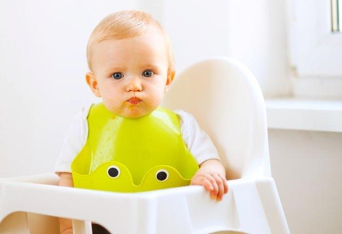baby wearing a bumkin bib