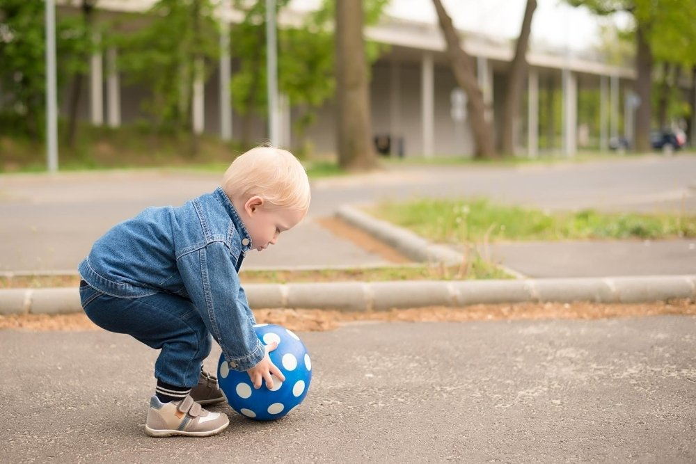 What Age Can a Child Play Outside Unsupervised?